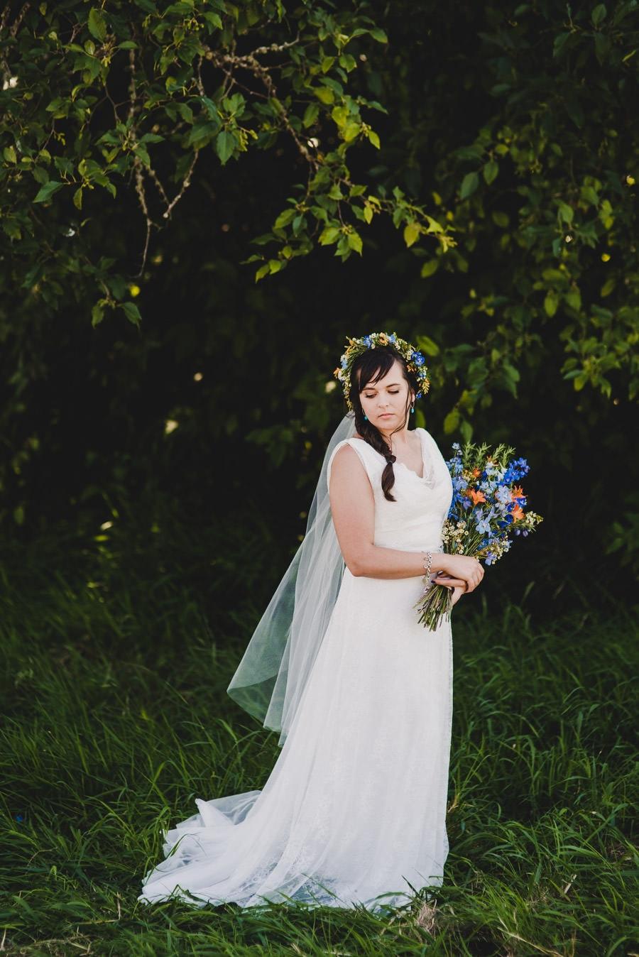 Pendleton blanket adorned backyard wedding for Wedding dresses eugene oregon